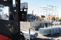 Σύγχρονο ηλεκτρικό forklift φέρνει τις ειδικές δομές μετάλλων για τις εργασίες οικοδόμησης και ανέγερσης Στοκ Εικόνες