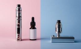 σύγχρονο ηλεκτρονικό τσιγάρο, υγρό μπουκάλι ε και ωμ σχετικά με Στοκ φωτογραφία με δικαίωμα ελεύθερης χρήσης