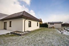 Σύγχρονο ιδιωτικό σπίτι το χειμώνα, αφηρημένη ακίνητη περιουσία αρχιτεκτονικής Στοκ Εικόνες