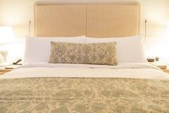Σύγχρονο λινό που τοποθετεί ξύλινο headboard στο κρεβάτι στοκ εικόνες