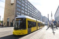 Σύγχρονο κίτρινο τραμ σε Alexanderplatz στο Βερολίνο, Γερμανία Στοκ Εικόνες