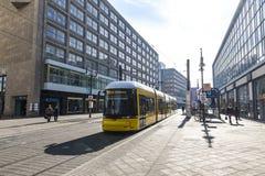 Σύγχρονο κίτρινο τραμ σε Alexanderplatz στο Βερολίνο, Γερμανία Στοκ Φωτογραφία