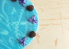 Σύγχρονο καθιερώνον τη μόδα mousse κέικ με το μπλε μαρμάρινο λούστρο καθρεφτών Ντεκόρ λουλουδιών και βατόμουρων Στοκ Φωτογραφία