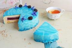Σύγχρονο καθιερώνον τη μόδα mousse κέικ με το μπλε μαρμάρινο λούστρο καθρεφτών Ντεκόρ λουλουδιών και βατόμουρων Στοκ Φωτογραφίες
