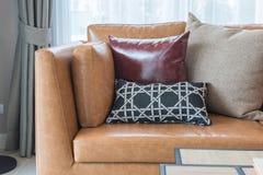 σύγχρονο καθιστικό ύφους με το σύγχρονο καφετή καναπέ Στοκ φωτογραφίες με δικαίωμα ελεύθερης χρήσης