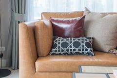 σύγχρονο καθιστικό ύφους με το σύγχρονο καφετή καναπέ Στοκ εικόνες με δικαίωμα ελεύθερης χρήσης