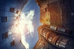 Σύγχρονος εναντίον της αρχαίας αρχιτεκτονικής Στοκ φωτογραφία με δικαίωμα ελεύθερης χρήσης