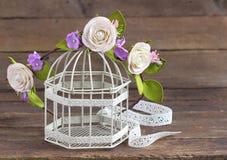 Σύγχρονο και μοντέρνο floral στεφάνι στο birdcage Στοκ Εικόνα