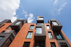 Σύγχρονο κατοικημένο κτήριο εξωτερικό στο φως της ημέρας με τη σύγχρονη πρόσοψη μπαλκονιών και τούβλου Στοκ Φωτογραφίες