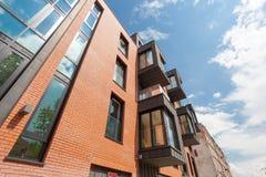 Σύγχρονο κατοικημένο κτήριο εξωτερικό στο φως της ημέρας με τη σύγχρονη πρόσοψη μπαλκονιών και τούβλου Στοκ φωτογραφίες με δικαίωμα ελεύθερης χρήσης