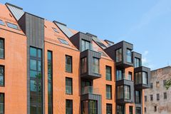 Σύγχρονο κατοικημένο κτήριο εξωτερικό στο φως της ημέρας με τη σύγχρονη πρόσοψη μπαλκονιών και τούβλου Στοκ εικόνα με δικαίωμα ελεύθερης χρήσης