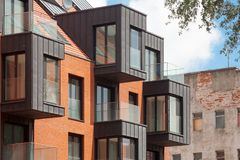 Σύγχρονο κατοικημένο κτήριο εξωτερικό στο φως της ημέρας με τη σύγχρονη πρόσοψη μπαλκονιών και τούβλου Στοκ φωτογραφία με δικαίωμα ελεύθερης χρήσης