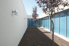 Σύγχρονο κατοικημένο σπίτι με το patio και τα δέντρα Στοκ Φωτογραφία