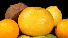 Σύγχρονο καλάθι φρούτων ύφους στο βάζο στο Μαύρο απόθεμα βίντεο
