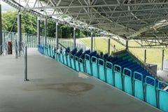 Σύγχρονο κενό γήπεδο ποδοσφαίρου με τα πλαστικά καθίσματα Στοκ Φωτογραφία