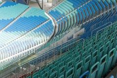 Σύγχρονο κενό γήπεδο ποδοσφαίρου με τα πλαστικά καθίσματα Στοκ φωτογραφία με δικαίωμα ελεύθερης χρήσης