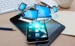 Σύγχρονο κινητό τηλέφωνο που συνδέει τις συσκευές τεχνολογίας Στοκ Φωτογραφία