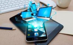 Σύγχρονο κινητό τηλέφωνο που συνδέει τις συσκευές τεχνολογίας Στοκ φωτογραφίες με δικαίωμα ελεύθερης χρήσης