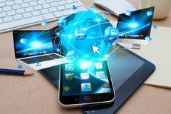 Σύγχρονο κινητό τηλέφωνο που συνδέει τις συσκευές τεχνολογίας Στοκ Εικόνα