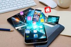 Σύγχρονο κινητό τηλέφωνο που συνδέει τις συσκευές τεχνολογίας Στοκ εικόνα με δικαίωμα ελεύθερης χρήσης