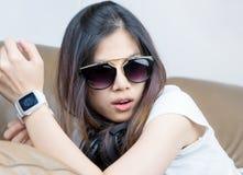 Σύγχρονο κορίτσι μόδας με τα γυαλιά ηλίου και smartwatch Στοκ εικόνα με δικαίωμα ελεύθερης χρήσης