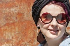 Σύγχρονο κορίτσι σε ένα μαντίλι που δένεται όπως ένα τουρμπάνι στοκ φωτογραφίες