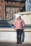 Σύγχρονο κορίτσι στο Μιλάνο, Ιταλία που κοιτάζει κατά μέρος Στοκ Εικόνες