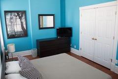 Σύγχρονο κρεβάτι πλατφορμών στο σύγχρονο δωμάτιο εγχώριων σπιτιών στοκ εικόνες