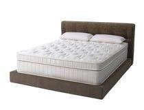 Σύγχρονο κρεβάτι πλατφορμών με το στρώμα Στοκ Φωτογραφία
