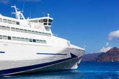 Σύγχρονο κρουαζιερόπλοιο που πλέει με το Αιγαίο πέλαγος, Santorini Ελλάδα Στοκ Εικόνες