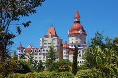 Σύγχρονο κτήριο κάστρο-τύπων στα δέντρα Στοκ Φωτογραφία