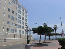 Σύγχρονο κτήριο και η θάλασσα στην περιοχή Barranco Στοκ Εικόνα
