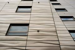 Σύγχρονο κτήριο με την αρχιτεκτονική σύσταση Στοκ Φωτογραφία