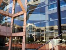 Σύγχρονο κτήριο με την ντυμένη πρόσοψη γυαλιού Στοκ εικόνα με δικαίωμα ελεύθερης χρήσης