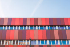 Σύγχρονο κτήριο με τις σκιές του κοκκίνου Στοκ εικόνες με δικαίωμα ελεύθερης χρήσης