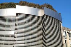 Σύγχρονο κτήριο με τον κήπο στεγών καλό διάνυσμα προτύπων οικολογίας σχεδίου Στοκ Φωτογραφίες