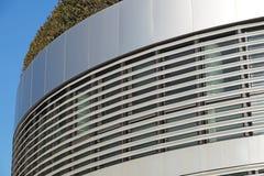 Σύγχρονο κτήριο με τον κήπο στεγών καλό διάνυσμα προτύπων οικολογίας σχεδίου Στοκ Εικόνα