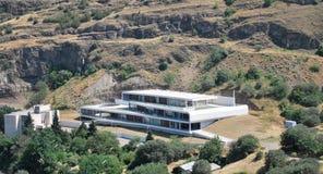 Σύγχρονο κτήριο στα βουνά στοκ φωτογραφία