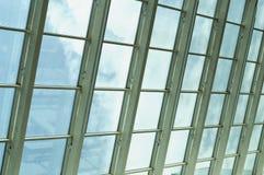 Σύγχρονο κτίριο γραφείων γυαλιού με τα σύννεφα και τον ουρανό Στοκ φωτογραφίες με δικαίωμα ελεύθερης χρήσης