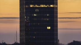 Σύγχρονο κτίριο γραφείων κατά τη διάρκεια του ηλιοβασιλέματος απόθεμα βίντεο