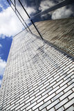 Σύγχρονο κτίριο γραφείων με την εργασία τούβλου και το γυαλί Στοκ εικόνες με δικαίωμα ελεύθερης χρήσης