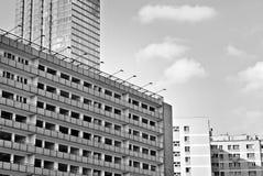 Σύγχρονο κτίριο γραφείων με την πρόσοψη του γυαλιού μαύρο λευκό Στοκ εικόνες με δικαίωμα ελεύθερης χρήσης