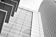 Σύγχρονο κτίριο γραφείων με την πρόσοψη του γυαλιού μαύρο λευκό Στοκ Εικόνα