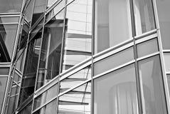 Σύγχρονο κτίριο γραφείων με την πρόσοψη του γυαλιού μαύρο λευκό Στοκ φωτογραφίες με δικαίωμα ελεύθερης χρήσης
