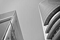 Σύγχρονο κτίριο γραφείων με την πρόσοψη του γυαλιού μαύρο λευκό Στοκ Εικόνες