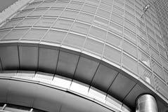 Σύγχρονο κτίριο γραφείων με την πρόσοψη του γυαλιού μαύρο λευκό Στοκ Φωτογραφία