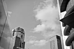 Σύγχρονο κτίριο γραφείων με την πρόσοψη του γυαλιού μαύρο λευκό Στοκ φωτογραφία με δικαίωμα ελεύθερης χρήσης