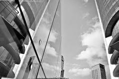 Σύγχρονο κτίριο γραφείων με την πρόσοψη του γυαλιού μαύρο λευκό Στοκ εικόνα με δικαίωμα ελεύθερης χρήσης