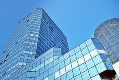 Σύγχρονο κτίριο γραφείων με την πρόσοψη του γυαλιού Στοκ Φωτογραφία