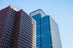 Σύγχρονο κτίριο γραφείων με το μπλε ουρανό - έννοια επιχειρησιακής χρηματοδότησης Στοκ Φωτογραφία